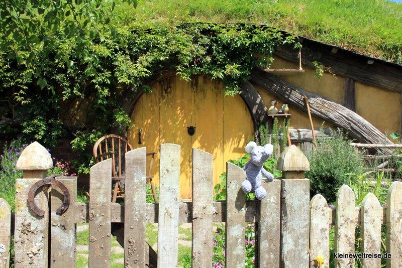 Fanta vor einem Hobbit-Heim