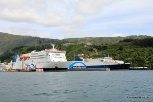 Interislander und Blue Bridge Ferry im Hafen von Picton