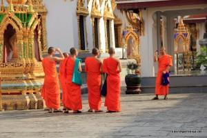 Mönche im Wat Phra Kaeo
