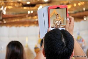 der Goldene Buddha wird fotografiert