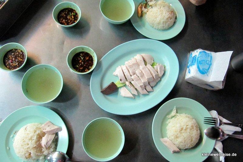 Huhn mit Reis in einer Straßenküche in Bangkok