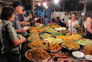 das große Büffet auf dem Nachtmarkt