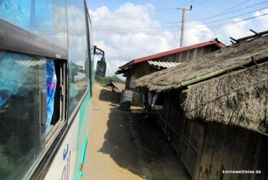 Die Fahrt vorbei an Bambushütten und arme Dörfer