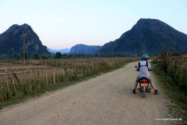 mit dem Moped vor den Karstbergen