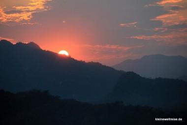 Sonnenuntergang vom Mount Phou Si genossen