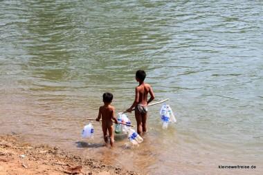 Planschen mit Plastik im Mekong