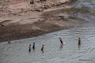 Kopfball im Fluss