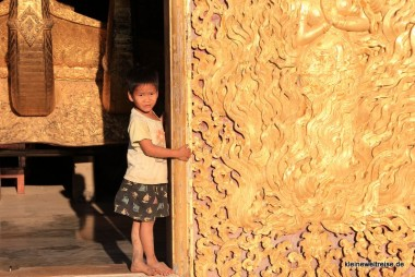 Kind im Tempel
