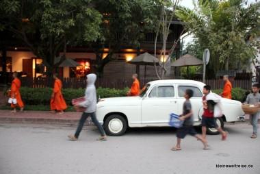 Jungen begleiten die Mönche