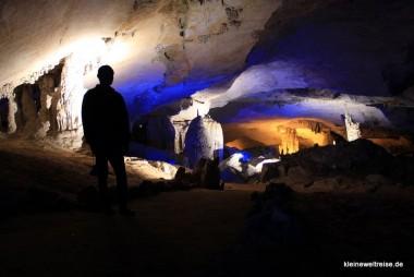 die gut ausgeleuchtete Tropfsteinhöhle