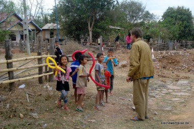 die Kids aus dem Dorf mit ihren Ballons