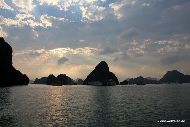Bald geht die Sonne unter: Halong-Bucht