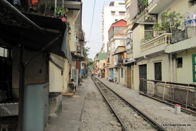 Eisenbahn am Haus vorbei