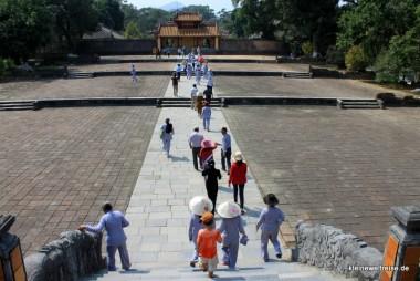 die asiatische Reisegruppe am Kaisergrab