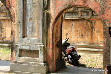 Moped in der Citadel von Hue
