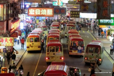 Busse bei Nacht