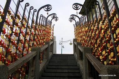die Treppe mit den vielen Glocken