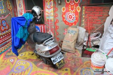 das Moped und der Farbeimer