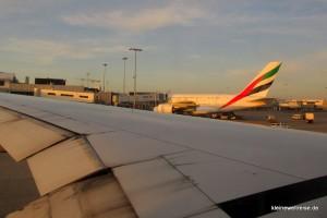Rollen: A380 über dem Flügel der Boeing 777