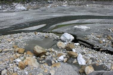 das trockene Flussbett mit Marmor-Kies