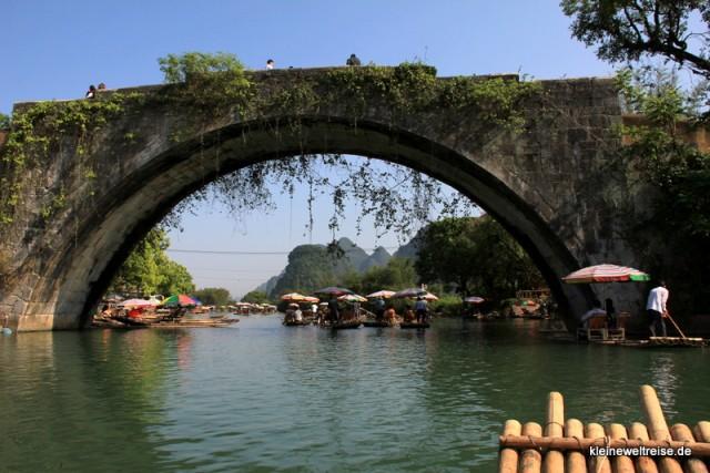 Die Steinbrücke vom Floß aus