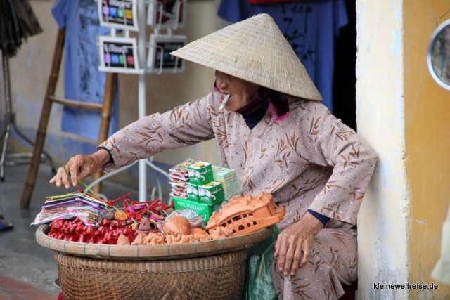 sorgsam sortiert sie ihr Sortiment (in Vietnam)