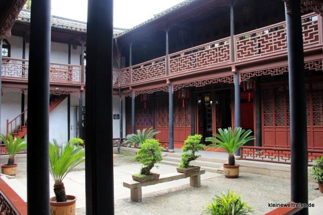 im Hof eines alten chinesischen Hauses