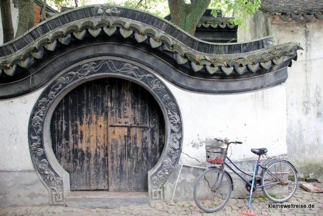 das alte Rad und die alte Tür