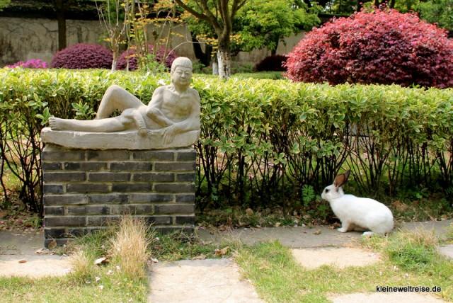 freilaufender Hase im Sex-Skulpturen-Garten