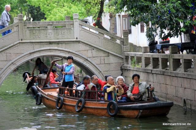 seniorige Chinesen werden über den Kanal geschippert