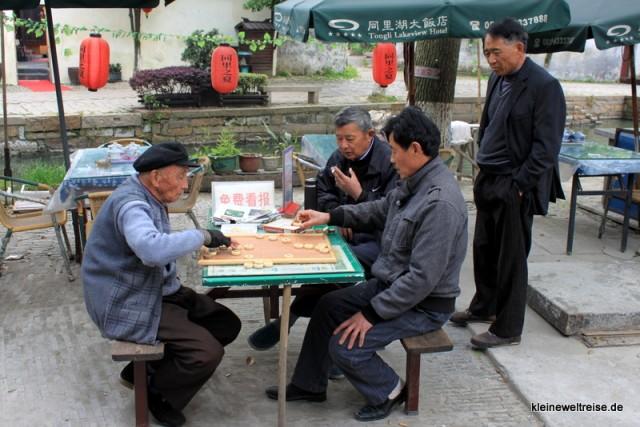 Mahjong am Ufer