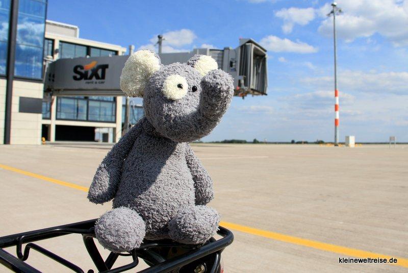 Fanta vor der Fluggastbrücke