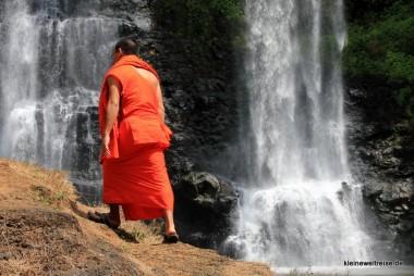 Mönch vor Wasserfall