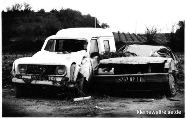 kaputte Autos in schwarz-weiß