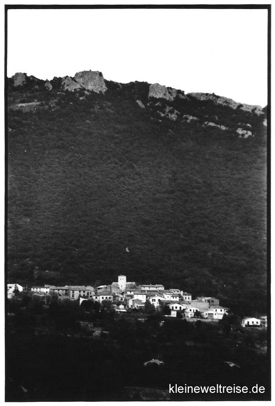 Dorf und Berg in schwarz-weiß