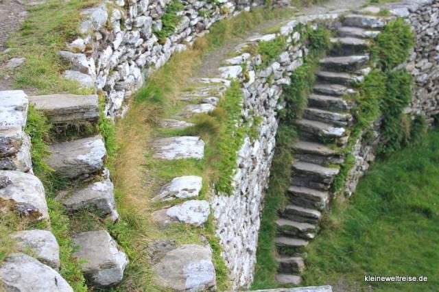 Steinringe und Treppen