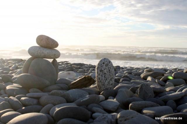Steine am Strand im Gegenlicht