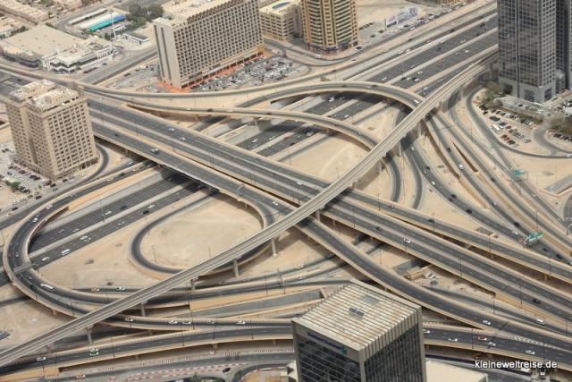 Straßenkreuz in Dubai von oben