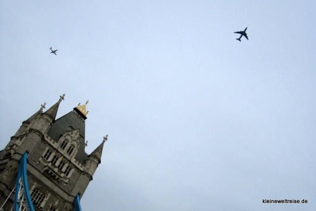 Tower Bridge mit Flugzeug